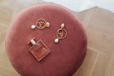 kaboompics_Jewellery & pink perfume on Pouf