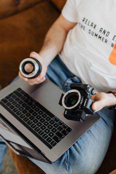 kaboompics_Photographer working with a laptop
