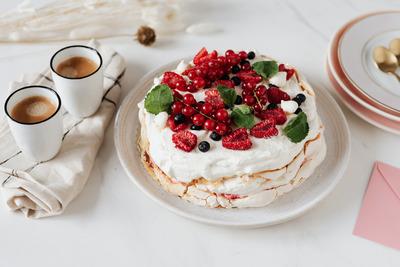 kaboompics_Meringue Cake & Coffee