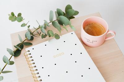 kaboompics_Calendar & Coffee