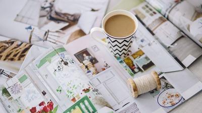 batch_kaboompics_Coffee with a magazine