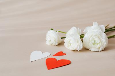 kaboompics_White buttercups & heart