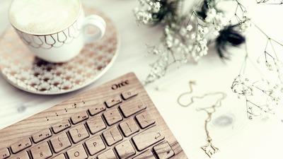 batch_kaboompics_Wooden keyboard, coffee and golden jewellery